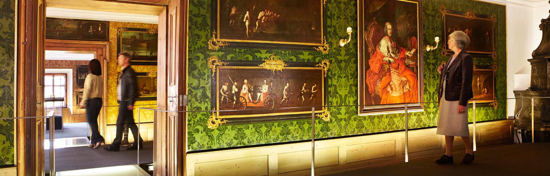 In den Fürstenzimmern im Keltenmuseum Hallein zeigen Gemälde aus dem 18. Jahrhundert Leben und Arbeiten in der Halleiner Salzstadt. © Keltenmuseum Hallein, Foto: Reinhard