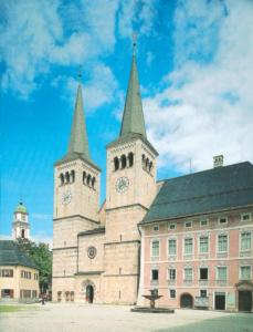 Die Westfassade der Berchtesgadener Stiftskirche mit dem anschließenden Propsteigebäude © H. Dopsch