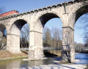 """Der mächtige """"Viadukt"""" der Eisenbahnlinie von München nach Salzburg über die Traun – heute ein Wahrzeichen der Stadt. © Stadtarchiv Traunstein"""