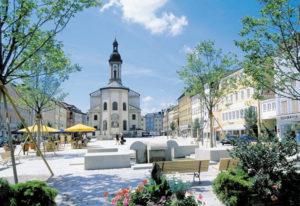 Die im Jahr 2000 abgeschlossene Sanierung hat dem Stadtplatz vieles von seinem ursprünglichen Charakter zurückgegeben. © Stadtarchiv Traunstein
