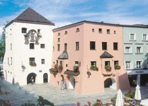 Der obere Stadtturm, Relikt der Befestigung, und die Zieglerwirtsgaststätte, beide verschont vom Brand des Jahres 1851, beherbergen heute das Heimathaus. © Stadtarchiv Traunstein