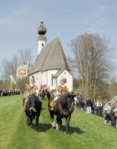 Tradition am Ostermontag vor großer Kulisse – der farbenprächtige Georgiritt mit Pferdesegnung an der Ettendorfer Kirche. © Stadtarchiv Traunstein