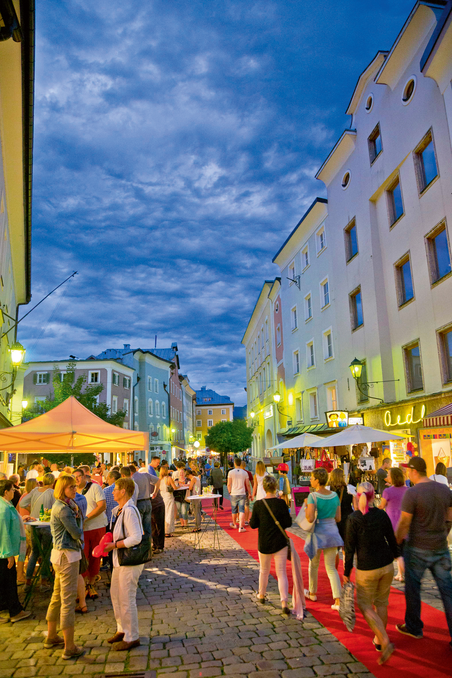 """Nicht nur während des regelmäßigen """"Moonlight Shopping"""" präsentiert sich Hallein als attraktives und lebenswertes Ausflugs- und Einkaufsziel. © Tourismusverband Hallein, Foto: wildbild"""
