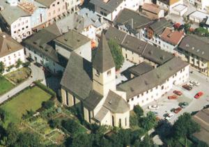 Die Pfarrkirche St. Maximilian, errichtet anstelle der ehem. Kloster- und Stiftskirche, mit dem Kastenhof und dem Kastenturm im Hintergrund © H. Dopsch