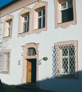 Eingang zum Pfarrhof des Priorats in Freilassing © H. Roth