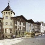 """Das """"Hirschenhaus"""", umgebaut 1892-1894 nach Plänen von Ludwig Thiersch, am Berchtesgadener Marktplatz mit dem Marktbrunnen © Oskar Anrather"""