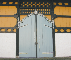 Toreinfahrt zum Pfarrhof des Klosterguts Harpfetsham © H. Roth