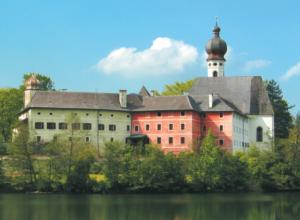 Das ehemalige Kloster Höglwörth liegt am gleichnamigen See.