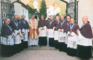 Das Stiftskapitel von Mattsee mit dem neu gewählten Propst Vinzenz Baldemair und Generalvikar Univ. Prof. Dr. Hans Paarhammer am 7. Mai 1996 © H. Dopsch