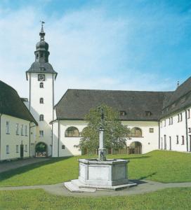 Stiftshof mit Michaelsbrunnen