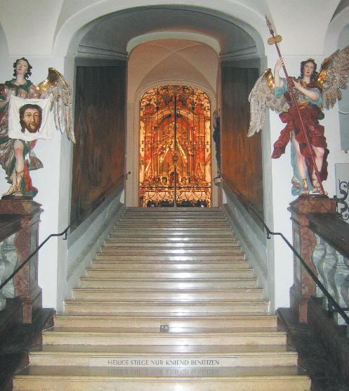 """Die Heilige Stiege (1712) flankiert von Engeln mit """"arma Christi"""" darf, wie das römische Vorbild, nur kniend benützt werden. © C. Schneeweiss"""