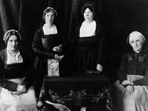 Halleiner Schulschwestern in der alten Tracht der Halleiner Bürgerfrauen, die von 1723 - 1847 als Ordenstracht diente © K. Birnbacher