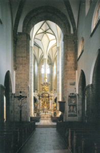 Das dunkle romanische Langhaus der Franziskanerkirche kontrastiert mit dem lichtdurchfluteten spätgotischen Hallenchor © C. Schneeweiss