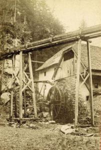 Kugelmühle in Fürstenbrunn vor 1874. Aus Marmorklötzen wurden mit Hilfe von mit dem Wasserrad betriebenen Schleifsteinen Kugeln erzeugt. (Reproduktion SLA)