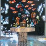 Glasbetonfenster von Max Weiler in der Kapelle © K. Birnbacher