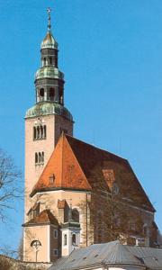 Die Stadtpfarrkirche und ehem. Stiftskirche Mariae Himmelfahrt in Salzburg-Mülln © Verlag St. Peter