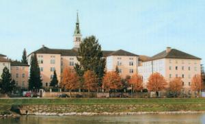 Das Provinzhaus der Barmherzigen Schwestern nahe dem Ufer der Salzach