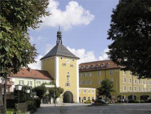 Oberes Stadttor mit dem ehemaligen fürsterzbischöflichen Schloss. © S. Schwedler