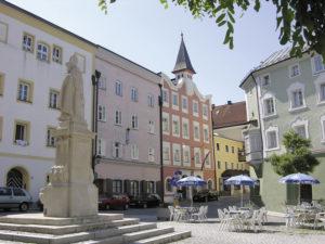 Unterer Stadtplatz mit Rupertus-Brunnen und Altem Rathaus. © S. Schwedler