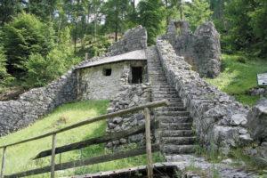 Die Mitte der 1980er Jahre renovierten bzw. freigelegten Reste der Befestigungsanlagen am Pass Strub. © Marktgemeinde Lofer