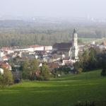 Blick auf die Stadt Tittmoning – im Hintergrund die Schlote des Kohlekraft-werkes Riedersbach, OÖ. © S. Schwedler