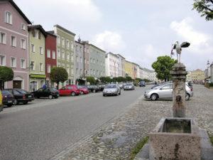 Westseite des Stadtplatzes mit Storchenbrunnen. © S. Schwedler