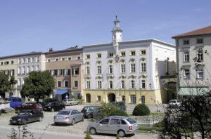 Ostseite des Stadtplatzes mit Rathaus. © S. Schwedler
