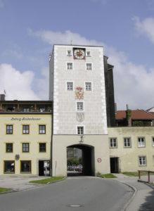 Das Laufener Tor mit Wappen des Erzbischofs Harrach. © S. Schwedler