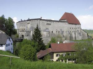 Die Burg von Südosten mit dem Getreidekasten. © S. Schwedler