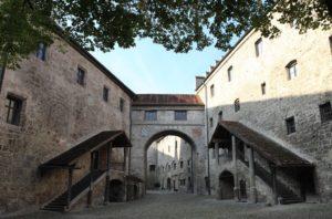 Der Innenhof der spätmittelalterlichen Hauptburg © Burghauser Touristik GmbH