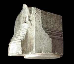 Fragment eines Grabaltars © O. und F. Harl, Foto O. Harl 2002