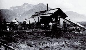 Torfpresse in der Kendlmühlfilzen um 1930 © Bayerisches Moor- und Torfmuseum/ Rottau