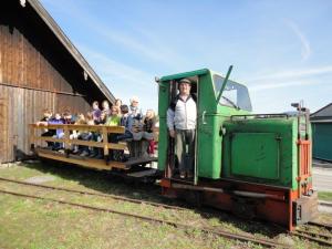 Feldbahnzug vor dem Lokschuppen des Torfwerks Ainring © Freunde Ainringer Moos e.V.