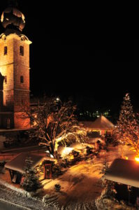Die Wallfahrtskirche St. Leonhard bei Grödig mit dem traditionsreichen Adventmarkt