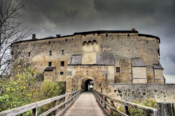 Die Burg von Tittmoning entwickelte sich zur starken Salzburger Grenzbefestigung gegen Bayern. © J. Lang/Stadtarchiv Bad Reichenhall