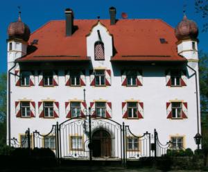 Neben der Wallfahrtskapelle das Schloss des Stifters © C. Soika