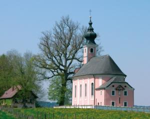 Wallfahrtskirche Maria Mühlberg oberhalb von Waging © H. Roth