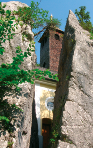 Ein geteilter Steinblock, zum Durchschliefen geeignet © J. Lang