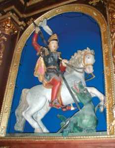 Reliefdarstellung des hl. Georg im Altar © C. Soika