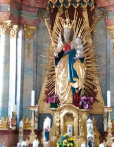 Madonna in der Pfarrkirche als Zentrum der Verehrung © C. Soika