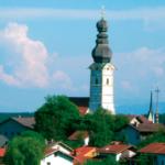 Markante Kirchtürme als Wahrzeichen von Schnaitsee © C. Soika