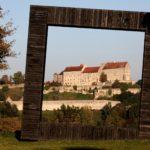 """Burg Burghausen durch einen """"Bilderrahmen"""" © Burghauser Touristik GmbH"""