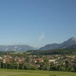 sommerliches Panorama über Teisendorf mit den Bergen über Salzburg, Untersberg, Fuderheuberg, Hochstaufen, Zwiesel und Teisenberg © ROHA Fotothek Teisendorf